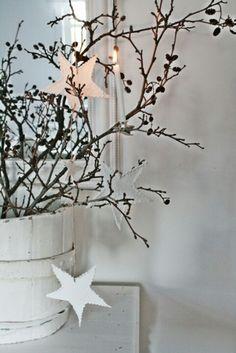 Decorar con ramas los jarrones para navidad