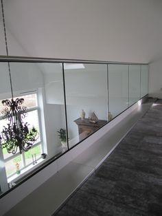 Creëer een veilige situatie met onze glas balustrades! Door het heldere glas houd u de grote en diepgang van de kamer en vide