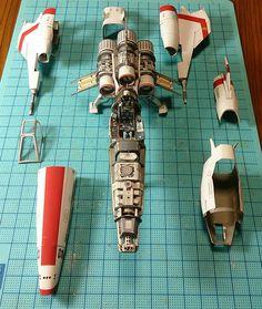 Ce Japonais passionné d'aéronautique a eu une idée géniale. Il a recréé des maquettes d'engins spatiaux au détail près en utilisant seulement du papier. Ces navettes interstellaires tout droit sorties de films de science-fiction et de v&eacu...