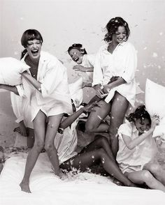 90`s Supermodels: Fun Pillow Fight. Having a Blast!!!♥