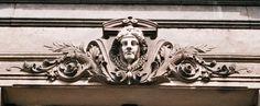Ornamenten: versieringen in een bepaalde vorm: vaak zijn het natuurvormen die herhaaldelijk worden gebruikt.