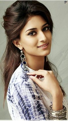 Erica Fernandes is a well known daily soap actor. She has won a famous beauty pageant too. She is very popular for several roles in films too. Beautiful Girl Photo, Beautiful Girl Indian, Most Beautiful Indian Actress, Prettiest Actresses, Beautiful Actresses, Beauty Full Girl, Beauty Women, Erica Fernandes, Bollywood Girls