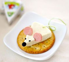 Here is a cute appetizer idea for you! This cheese mouse was made from Happy Cow Cheese Wedge, olive, black sesame seeds, hot dog and green onion. It's pretty easy, isn't it? Tips: - Use straw to cut the olive nose. Cute Food, Good Food, Yummy Food, Healthy Food, Vegan Food, Snacks Für Party, Appetizers For Party, Appetizer Ideas, Cheese Appetizers