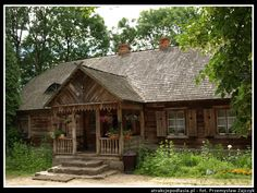 Skansen w Kurpiowski w Nowogrodzie Rustic Home Design, Cottage Design, House Design, Cottage Style Homes, House Doors, Village Houses, Arte Popular, Cabins In The Woods, Log Homes