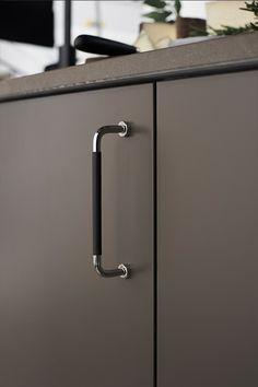 Brown Kitchens, Bathroom Hooks, Door Handles, Kitchen Design, Pinterest Board, Matcha, Stockholm, Home Decor, Kitchen Rustic