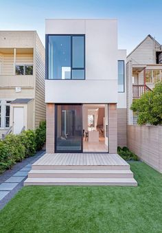 Two-Way House in San Francisco / Studio Sarah Willmer Architecture The Two-Way House embodies a multitude of conversations between ourselves and our clients to realize the marriage of San Francisco's historic Minimalist House Design, Small House Design, Minimalist Home, Modern House Design, Contemporary Design, Narrow House, Home Studio, Home Fashion, Exterior Design