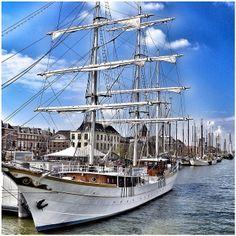 Zeilschepen verzamelen zich aan de IJsselkade van Kampen, voor Sail Kampen met de Paasdagen