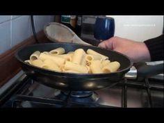 """""""Pasta alla gricia"""".  Primo piatto tipico della cucina laziale.  La versione senza sugo della pasta all'amatriciana!  Difficoltà: facile  Preparazione: 15 minuti"""