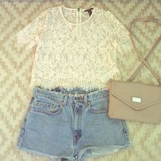 White lace crop top Stunning Lace crop top with silver zipper in the back Forever 21 Tops Crop Tops