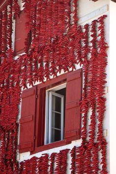 Piment séchant sur les façades des maison, Espelette, Pays Basque