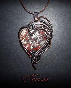 Кулон с яшмой выполнен из патинированной меди в технике wire wrap. Jasper pendant made of patinated copper in wire wrap technique.