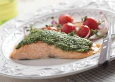 Heart-smart Pesto Salmon can be prepared in the toaster oven under the broiler in no time. Top it with pesto and your family will think they're dining in a fancy restaurant. Salmon Empapelado, Baked Salmon, Keto Salmon, Grilled Salmon, Fish Recipes, Seafood Recipes, Cooking Recipes, Healthy Recipes, Delicious Recipes