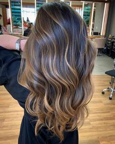 Color reflections and light shades in the hair, highlights that look like kissed by the sun: Balayage is just absolutely in vogue! But while the natural color l hair styles 30 Balayage Hair Ideas For Long and Short Hair 2019 Balayage Hair Blonde, Brown Blonde Hair, Light Brown Hair, Caramel Balayage Highlights, Blonde Highlights, Long Hair With Highlights, Brown Bayalage, Dark Brunette Balayage Hair, Dark Brown