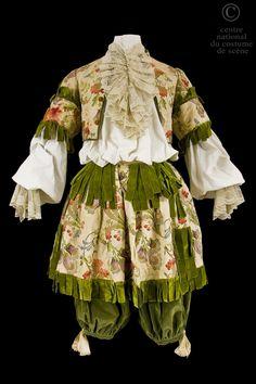 N°:  D - ONP - 24DQ004 RÔLE:  Un valet ARTISTES:  Guillot  Costume de style XVIIe siècle, pourpoint court et rhingrave en soie beige brochée de fleurs; garniture de dentelles et rubans de velours vert. Don Quichotte COMPOSITEUR / AUTEUR:  d'après Cervantes Jules Massenet METTEUR EN SCÈNE:  Albert Carré CHORÉGRAPHE:  Jeanne Chasles DÉCORATEUR:  Lucien  Jusseaume Robert Chambouléron Raymond Deshayes Mignard COSTUMIER:  Marcel Multzer DATE DE PRODUCTION:  1924 Opéra-Comique, Paris