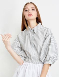 This is an example of the balloon style sleeve. The balloon style sleeves are wide sleeves that start from the bottom of the armpit and the top of the shoulder then it becomes tight at where it stops. Cute Fashion, Look Fashion, Fashion Photo, Korean Fashion, Luisa Lion, Minimale Kleidung, Types Of Sleeves, Dresses With Sleeves, Balloon Dress