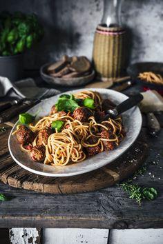 """Spaghetti mit Fleischbällchen gehören vermutlich ins Repertoire jedes Koches/jeder Köchin, der/die es mit der italienischen Küche hat. Halt – Falsch! Der es mit der italienisch-amerikanischen Küche hat. Denn ich glaube kein Spaghetti Gericht ist mehr """"Little Italy"""" wie dieses hier. Warum eigentlich? Food Design, Pasta Dishes, Food Dishes, Vegan Recipes, Cooking Recipes, Spaghetti And Meatballs, Little Italy, I Love Food, Vegan Vegetarian"""