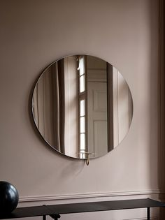Spegel med väggmontering från Friends & Founders. Ljushållare gjord i mässing.