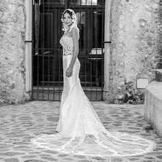 Il pizzo come cucito sulla pelle, la gonna a sirena, la coda ampia sottolineata da lunghe strisce di pizzo...tutto quanto fa tendenza nel 2016 in un solo abito con in più un cappuccio da sposa in alternativa al velo.  #PinellaPassaro #Sposa #passarosposa #weddingdress #bridal #bride #bridalcouture #madeinitaly #bridetobe #wedding #weddingstyle #weddingday #matrimonio #dettofatto #dettofattorai #salerno #napoli #fashion #instafashion #tv #styleblogger #fashionblogger #sposi #mariage…