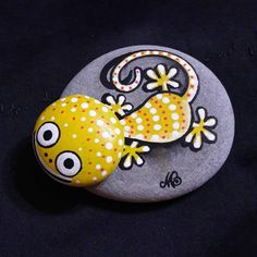 Easy Paint Rock For Try at Home (Stone Art & Rock Painting Ideas) Pebble Painting, Dot Painting, Pebble Art, Stone Painting, Stone Crafts, Rock Crafts, Arts And Crafts, Posca Art, Rock And Pebbles