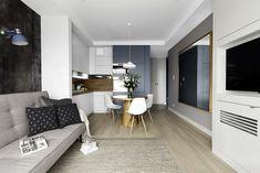 Biel przełamano czernią, szarością i błękitem. Bungalows, Small Apartments, Small Spaces, Studio Apartment Layout, Kitchen Seating, Clean Design, Modern Bedroom, Kitchen Interior, Kitchen Storage