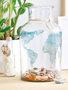 Mit jeder eingeworfenen Münze rückt der Traumurlaub ein Stück näher! Die Kontinente bringt Ihr mit Tattoo-Papier auf die Reisekasse auf.