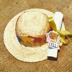 ***************************************  :: DESCRIÇÃO DO PRODUTO ::  Lindo chapéu de palha enfeitado com bandeira, fitas e tag. Vai junto um convite impresso com dados festa.  Chapéu tem aproximadamente 13cm de aba a aba.  ***************************************  Ótima opção para sua festa  Torne...