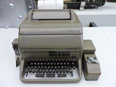 Museo Telecomunicaciones - El teletipo, o télex, transmitía mediante línea de…