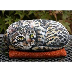 sasso+di+fiume+dipinto+raffigurante+un+gatto+sdraiato,+by+creo.sostenibile,+45,00+€+su+misshobby.com
