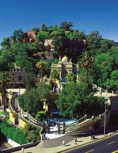 Santa Lucía es una colina famosa en Santiago. Hay muchas fuentes y estatuas en Santa Lucía. La colina es un remanente de un volcán que estaba allí hace 15 millones de años. Cuando vamos a Santiago el proximo año visitaremos Santa Lucía.
