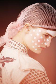 En backstage du défilé Vivienne Westwood automne-hiver 2014-2015 http://www.vogue.fr/beaute/en-coulisses/diaporama/fw2014-en-backstage-du-defile-vivienne-westwood-automne-hiver-2014-2015/17794/image/975714#!6
