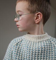 Det er noe med denne genseren som minner oss om fiskere. Den er enkel selv om den er tofarget, og strikkes med en farge per runde. Boys Sweaters, Sweater Outfits, Knitting Projects, Pickles, Crocheting, Knit Crochet, Clothes, Color, Crochet