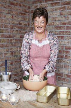 ILDSJEL: Inger Kløkstad utvikler stadig nye bakeoppskrifter, og har stor glede av å arrangere kostholdskurs. – Målet er alltid at brødet skal være sunt og mette godt, sier hun. Foto: Bjørgli & Bergersen