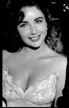 Elizabeth Taylor, Hollywood Glamour and more! Hollywood Icons, Golden Age Of Hollywood, Hollywood Glamour, Hollywood Stars, Classic Hollywood, Divas, Gisele Bündchen, Violet Eyes, Tilda Swinton