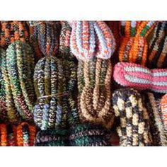 Pantoufles en Phentex... Dreads, Crochet Projects, Friendship Bracelets, Slippers, Diy Crafts, Facebook, Patterns, Knitting, Knits