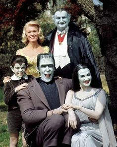 Celebrating selection of comedic imagery! The Munsters starring Butch Patrick, Pat Priest, Fred Gwynne, Al Lewis and Yvonne De Carlo in 1964 at CBS. The Munsters, Munsters Tv Show, Munsters House, Yvonne De Carlo, Photo Vintage, Vintage Tv, Beatles, Mejores Series Tv, Childhood Tv Shows