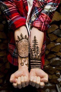 Tatuajes de arboles Descubre las mejores fotos de tatuajes de arboles Los tatuajes de arboles son uno de los diseños más personales y pueden transmitir cosas muy distintas, desde los orígenes culturales, las aspiraciones, la comunión con la naturaleza o las creencias espirituales y religiosas de cada individuo. Los árboles son venerados como tótems simbólicos, que representan todas