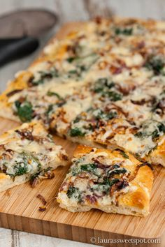 Focaccia with Caramelized Onions and Spinach - This bread isn't just any kind of bread- it's focaccia, and it is topped with delicious caramelized onions and sautéed spinaach. I Love Food, Good Food, Yummy Food, Tasty, Bread Recipes, Cooking Recipes, Pizza Recipes, Scd Recipes, Healthy Recipes