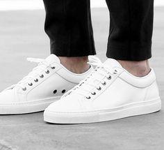 Cleaner weißer Sneaker aus Nubukleder. Hier entdecken und shoppen: http://sturbock.me/4Q8