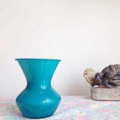 Vase en verre soufflé bleu turquoise et bord dentelé via un lundi ordinaire. Click on the image to see more!