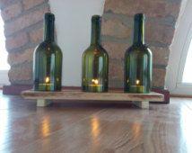 Portacandele fatto con le bottiglie di vino e base con legno di bancale , vetro trasparente o verde barattolo interno esterno  verde