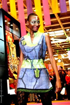 Robe africaine Tanganyka  en un mélange du Bazin et de tissu africain imprimé Wax (coton 100%) sans manches et ficelles en ceinture, peut etre également portée sur un pantolon. Fermeture au dos.  En vente sur www.tribuebene.fr