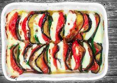 La caprese con melanzane arrostite costituisce una saporita variante alla ricetta tradizionale, prepariamola seguendo questi step.