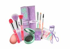 """PRESS RELEASE essence trend edition """"bloom me up tools"""" New rules: use tools! For the first time ever, essence is dedicating an en. Makeup Blog, Makeup Tools, Eyeshadow Brushes, Makeup Brushes, Makeup Package, Makeup Gift Sets, Make Up Tricks, Latest Makeup, Makeup Sponge"""