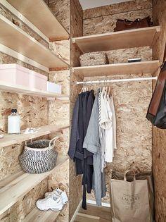 Tiny Closet, Walk In Closet, Tiny House Living, Small Living Rooms, Small Bedrooms, Hall Cupboard, Studio Apartment Decorating, Diy Wardrobe, Dressing