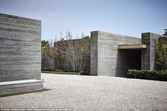 The home offers privacy behind the concrete walls which appear to have no windows either. Malibu Mansion, Malibu Homes, Black Granite Tile, The Sound Of Waves, Minimalist Landscape, California Cool, Expensive Houses, Celebrity Houses, Real Estate Marketing