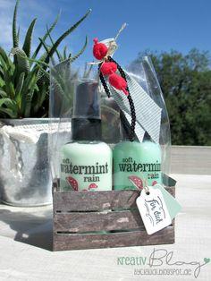 Auch für ein kleines Wellness-Paket eignet sich die Holzkiste mit dem passenden Designerpapier großartig. Die kleinen Duschgels und Bo...