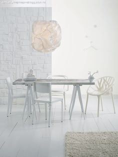 Designing your dining room? Try featuring mismatched chairs. Monochrome Interior, Gray Interior, Home Interior Design, Dining Room Inspiration, Interior Inspiration, Mismatched Chairs, Piece A Vivre, White Texture, White Rooms