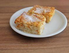 Für denApfel-Reis-Auflauf den Reis in der Milch weichkochen, salzen und auskühlen lassen. Butter mit Zucker und der Zitronenschale schaumig