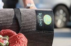 """Elite Hot Hybrid, Yoga-matte-håndkle kombinerer funksjon og støtte fra en tradisjonell matte og absorberer like godt som et matte-håndkle. Med denne matten blir det én ting mindre å huske på til hot yoga klassen og én ting mindre å vaske, her får du alt i ett.  Kulae Hot Yoga Matte håndkle  Kulae har utviklet en miljøvennlig patentert yogamatte;  """"Elite Hot Hybrid"""" yoga matte, er en kombinasjon av matte og håndkle - Super for hot yoga!"""