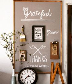 ベニヤ板に好きなカードや写真、黒板シートを貼って壁に立て掛けておくだけで、とっても素敵なインテリアボードに。賃貸等で、どうしても壁に穴を開けたくないときにも使えるアイディアです! Green Dome, Diy And Crafts, Gallery Wall, Display, How To Plan, Frame, Interior, Design, Home Decor